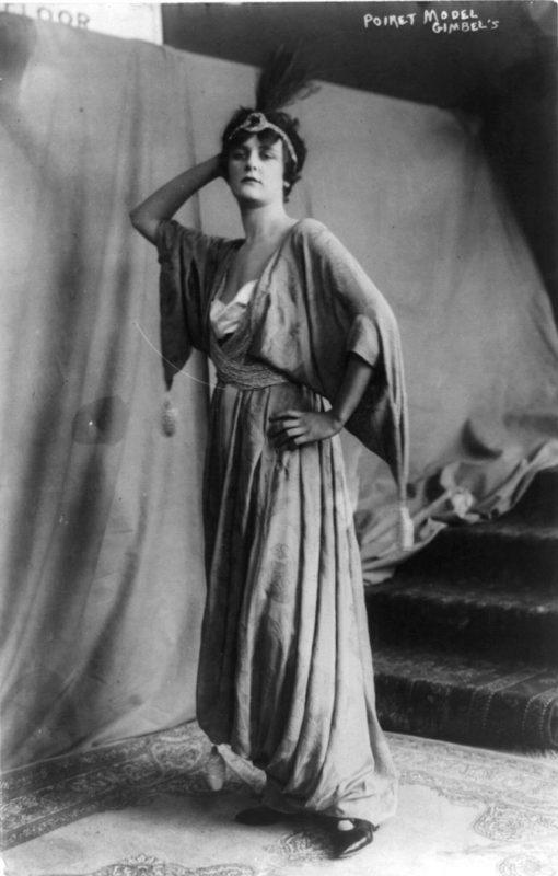 Una modella indossa un abito di Poiret