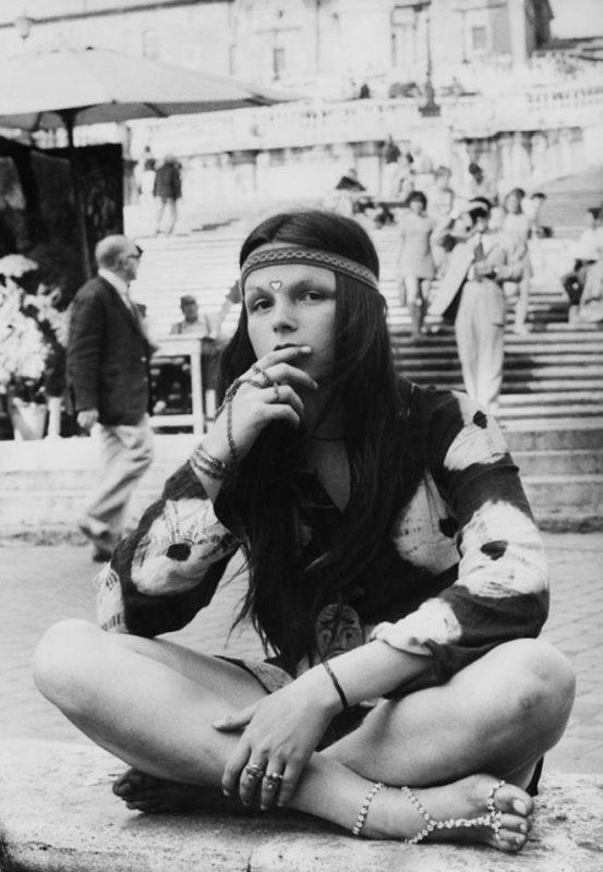 Ragazza Hippie in Piazza di Spagna.